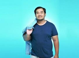 portrait d'un homme asiatique portant une veste en tissu de style nouveau avec un grand sourire photo