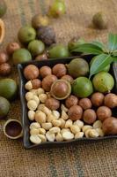 noix de macadamia sur des sacs à la lumière naturelle photo
