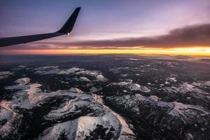 survolant les montagnes rocheuses du Colorado au coucher du soleil photo