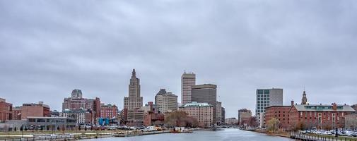 Providence rhode island skyline un jour sombre et nuageux photo