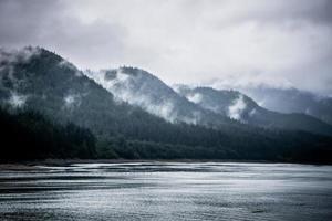 Scènes de chaîne de montagnes en juin autour de Juneau en Alaska photo