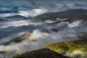 Tôt le matin, automne brumeux photo à blue ridge parkway caroline du nord