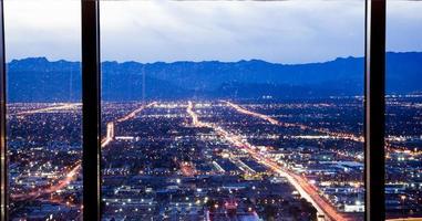 Horizon de Las Vegas au coucher du soleil - le Strip - Vue aérienne de Las Vegas Boulevard Nevada photo