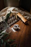 brownies avec plaque en céramique sur une table en bois photo