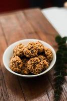 biscuits à l'avoine molle sur une table en bois photo