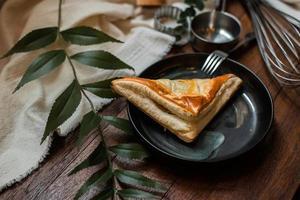 tarte au thon avec plaque en céramique sur une table en bois photo