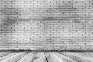 fond de texture grunge abstraite. salle vide avec mur de briques et plancher de bois photo