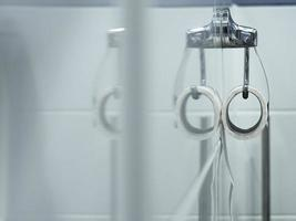 un rouleau blanc de papier toilette doux est suspendu photo