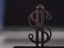 gros plan du signe dollar doré métallique photo