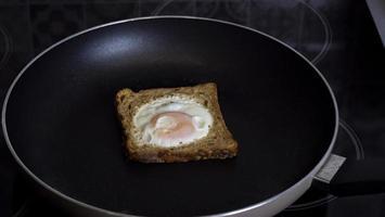 pain perdu avec un oeuf à l'intérieur dans une casserole photo