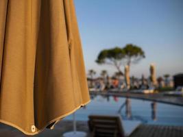 parapluie sur le fond de la piscine dans les hôtels à ne pas se concentrer photo