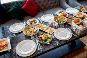 service de table de restauration avec couverts et verres à pied au restaurant avant la fête photo