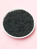 bouillon de cumin noir sain et épicé photo