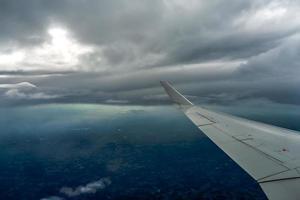 belle vue du ciel depuis les nuages de l'avion photo