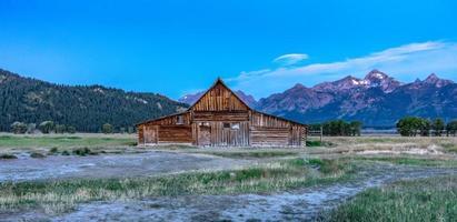 vue panoramique de grand teton avec grange abandonnée sur la rangée mormone photo