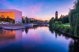 rivière Spokane dans le parc riverain avec tour de l'horloge photo