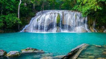 La cascade d'Erawan est magnifique et photo
