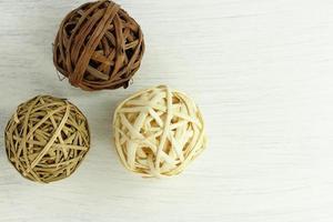 boules de rotin séchées, décoration naturelle pour l'intérieur de la maison, décor rustique en bois photo