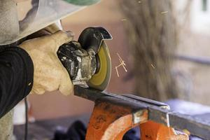 couper du métal avec une scie électrique photo