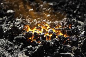 charbon ardent dans un charbon pour la cuisson photo