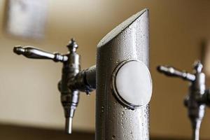 robinet de bière froide en été photo