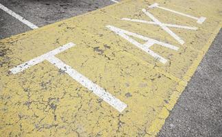 signe de taxi sur l'asphalte photo