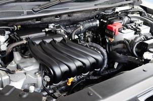 laver le moteur de la voiture au lave-auto photo