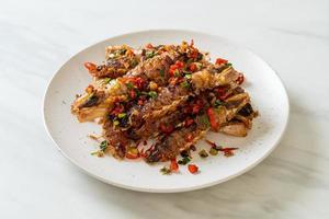 crevettes mantis ou écrevisses sautées avec piment et sel. photo