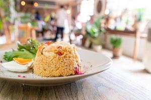 riz frit aux crevettes avec oeuf salé sur plaque photo