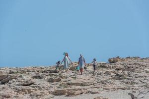 formentera, espagne 2021-personnes sur la côte de la plage de ses illetes à formentera, îles baléares en espagne photo