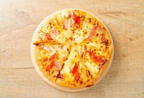 pizza au jambon et bâtonnets de crabe ou pizza hawaïenne photo
