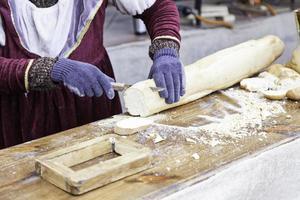 les gens coupent le pain photo