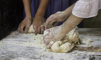 Boulangers pétrissant la pâte à pain de manière traditionnelle photo