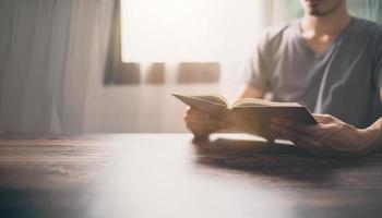 les gens lisent des livres pour augmenter leur capacité de connaissance photo