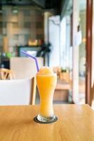 Verre à smoothie mélange de jus d'orange dans un café-restaurant photo