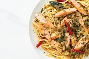 spaghetti maison à l'ail et aux saucisses photo