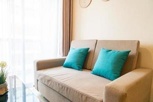 décoration d'oreillers confortables sur canapé dans le salon photo