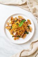 spaghetti sauté aux palourdes, ail et piment photo