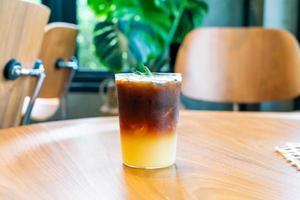 Verre à café orange yuzu dans un café-restaurant café-restaurant photo