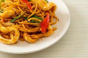 spaghettis sautés aux œufs salés et calamars - style fusion food photo
