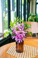 Fleurs d'orchidées en décoration de vase sur table dans un café-restaurant café-restaurant photo