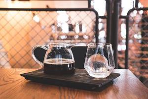 pot de café noir goutte froide avec verre et glace dans un café et un restaurant photo
