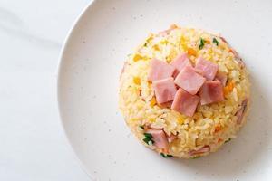 Riz frit maison au jambon sur assiette photo