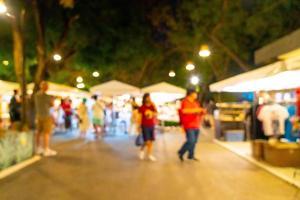flou abstrait et marché de rue de nuit défocalisé pour le fond photo