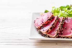 thon frais cru avec salade de légumes - alimentation saine photo