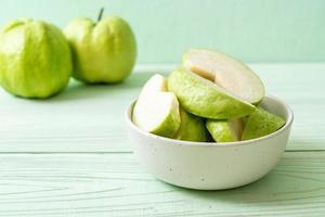 fruits frais de goyave tranchés - fruits tropicaux photo