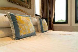 gros plan belle décoration d'oreiller sur le lit dans la chambre photo