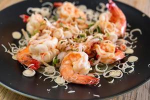 salade de crevettes épicées aux herbes sur la plaque photo