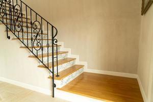 belles marches d'escalier avec main courante noire photo