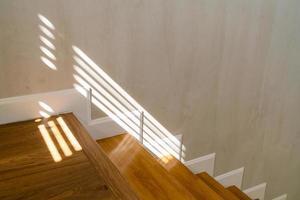 belle marche d'escalier avec la lumière du soleil photo